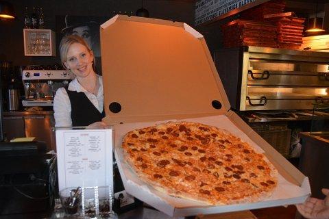 Arbeidsmengden til Julie Skipperud og hennes to meddrivere er stor. Derfor vil hun nå ha inn en ny driver for Charlies Diner i Askim.