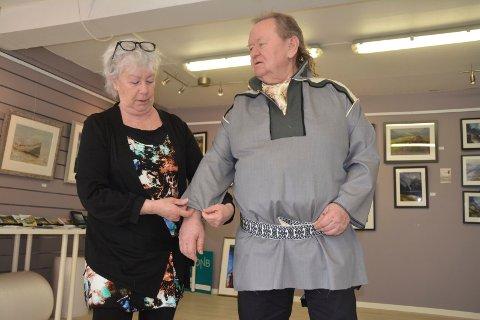 Tom Paulsen har i anledning åpningen av utstillingen bestilt sjøsamekofte av sydame Berit Steen Eriksen (67).