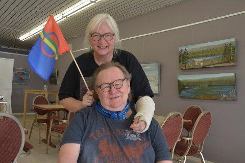 Samboer Bente Flote-Hansen (64) har kjøpt flere sameflagg som Tom Paulsen skal henge utenfor galleriet på lørdag.