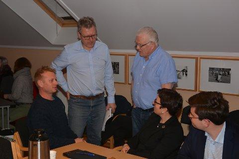 Per Åge Fosser (t.v.) tok seg tid til en prat med politikerne etter at han hadde fått medhold i ønsket om å gjenoppbygge brannruinen i Smedgats 20. Også ordfører Erik Unaas (H) var innom for å følge møtet i Planutvalget (miljø- og teknikkutvalget) i går. For øvrig ser vi utvalgets medlemmer Rolf Dillevik (H), Stina Lintho Lippestad (V) og utvalgsleder Espen A. Volden (H).