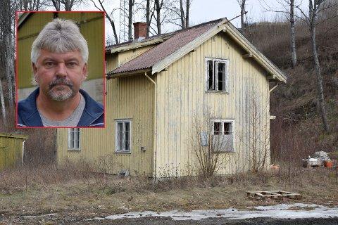 INGEN VIL: E-Co-leder Rolf Engen (innfelt) konstaterer at hele fem brannvesen har takket nei til å brenne ned gamle hus i Kykkelsrud.