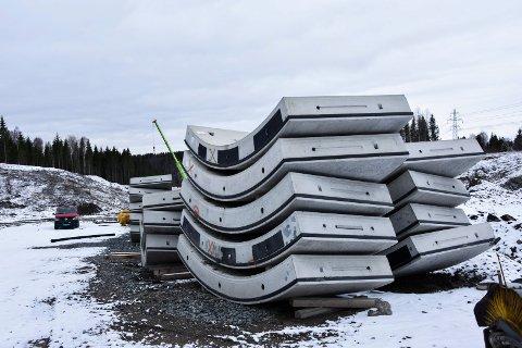 Til overs: 1.000 nye betongelemener som har blitt til overs på Follobanen skal nå deponeres på Skjørten massemottak.