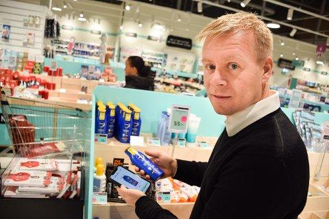 Lars Erik Erøy gjorde et kjapt søk på nettet og fant ut av solkremen i Sverige var 100 kroner billigere enn i Norge.