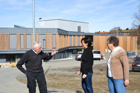 Engasjert: Aage Danielsen er en engasjert herremann. Her i samtale med Berit Amundsen Enger og Bodil Andersen.