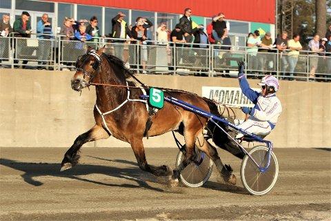 Odd Arne Sagholen hadde tid til å vinke til publikum da Torpa Nicklas vant Påskepokalen i suveren stil.