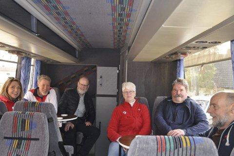 Søndagsjobb: Det blir Rolf Klund fra Ørje som skal frakte friluftsfolket i den trivelige bussen sin. – Jeg frakter en del turister på søndager allerede, så det går greit med en tur til, sier han.