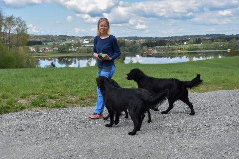 Heidi Kvan (46) er glad for å kunne trene hundene uten å måtte ha dem i bånd hele tiden.