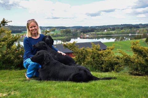Hundetrener: Heidi Kvan (46)  driver hun Meneo Hundesenter. Der holder hun alle valpekursene og flere av retrieverkursene. Her med retrieverne Pete (9), labradoren Fly (1,5) og Enni (4).