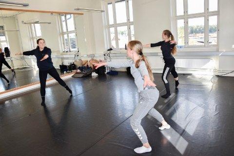 Nytt: Selma Kristoffersen vil også ha kurs i dans i sommer sammen med Ernest K. Pacha. Da får elevene lære klassisk ballett og jazz, afro, breake og Contemporary. – Det blir den første foranringen med meg som ny eier, sier hun.