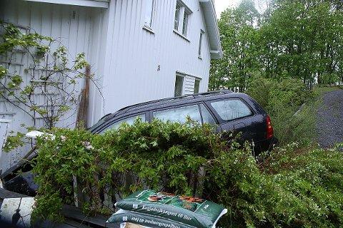 I husveggen: Her endte ferden for bilisten, cirka 50 meter fra riksvei 22.