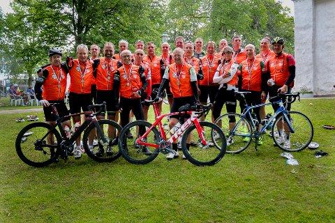 STOLT GJENG: Denne gjengen med indre østfoldinger syklet under ni timer på det 300 kilometer lange rittet Vätternrunden.