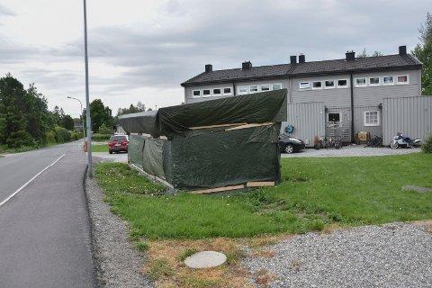 Må flyttes: Politikerne i Askim mener at dette halvferdige søppelskuret i Trippestad er trafikkfarlig og må flyttes. Fylkesmannen er helt enig.