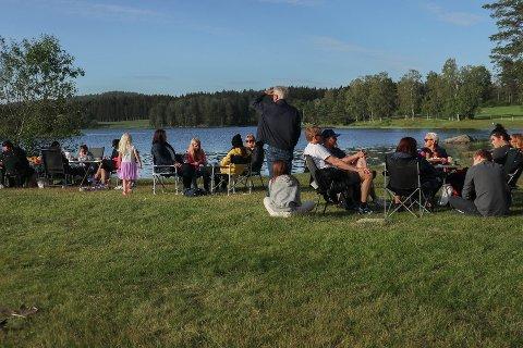 SANKTHANS: Folk nøt sommervarmen og feiret sankthans med god grillmat søndag.