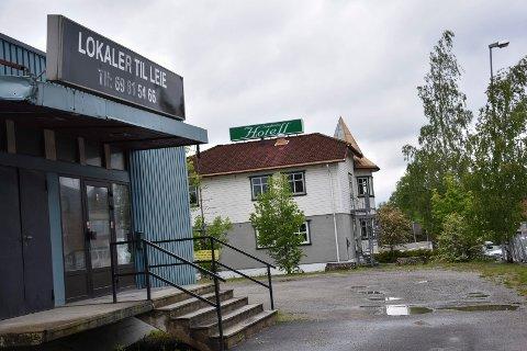 Kjøper naboeiendom: Trøgstad-familien har tidligere kjøpt naboeiendommen til hotellet, der det var trykkerivirksomhet.