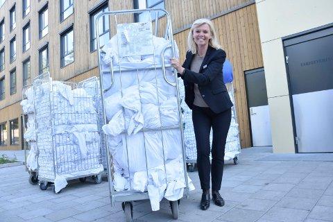 Fullt belegg: – Dette er sengetøyet etter nattens 200 gjester her på hotellet, sier direktør Marit Bjørnland, og triller tirsdag formiddag ut sengetøyet.