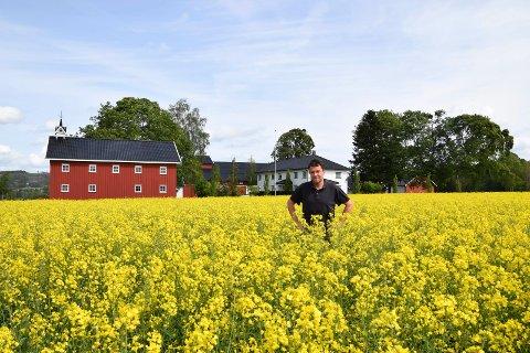 EN GOD ARBEIDSPLASS: Ebbe Maurtvedt (53) har et sterkt ønske om at gårdsdriften på Narvestad skal bli videreført av nye generasjoner. – Vi har godt håp om at ett av våre barn har lyst til å drive landbruk videre, sier han.