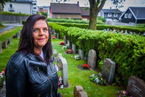 SNEGLEINVASJON: Gunn Johansen vet ikke hvordan hun skal bli kvitt brunsneglene som herjer på gravstedet til foreldrene hennes på St. Olav gravlund i sentrum.