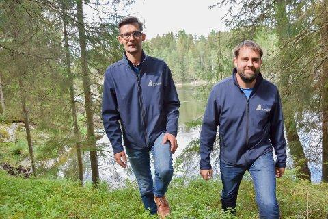 Strandlinje: John-Cato Eknes (t.h) og Fredrik Urbanski  i selskapet TTC prosjekt as planlegger nytt boligområde med strandsone mot Glomma.