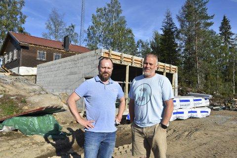 I GANG: Byggeleder og nestleder Hans Petter Sjøen og leder Cato Solberg i Spydeberg Langrenn planlegger å åpne den nye skihytta i november