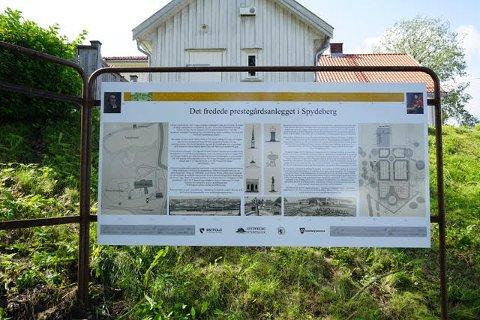 Stiftelsen Spydeberg prestegård har kjøpt inn et stort informasjonsskilt til 20.000 kroner. Der kan interesserte lese om historien på både norsk og engelsk.