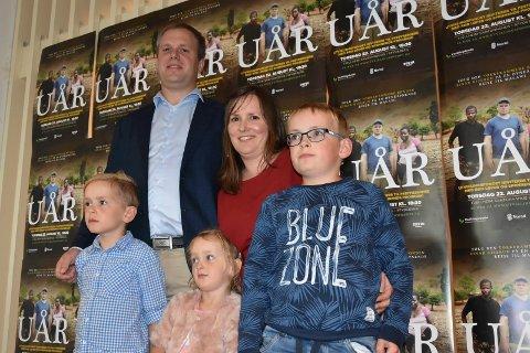 På premieren: Hovedpersonen og Spydeberg-bonde Einar Kiserud (36) stilte med barna Jakob (10), Andreas (8) og Ingelin (4) og kona Marit Kristine under premieren.