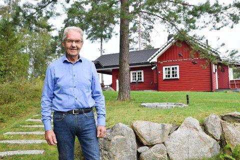 PÅ HYTTA: Arvid Grefsli er så mye og ofte han kan på hytta ved Grefslisjøen. Der fikk brorens hytte et noe uventet besøk tirsdag kveld.