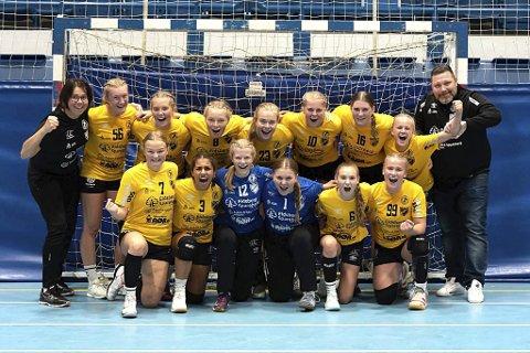 JUBLENDE GLADE: Jenter 16-laget jubler for plass i vinterens nasjonale Bringserie etter storseier og uavgjort. Dette laget er et 50/50-samarbeid mellom HK Eidsberg og Skiptvet IL.