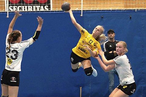 SVEVER HØYT: Skiptvet-jenta Maja Johanne Hagen skyter et luftig skudd da HK Eidsberg J16, i samarbeid med Skiptvet, gikk lett videre til Bringserien.
