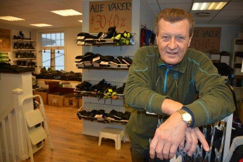 Eddie Johnsen takker alle kundene som har kommet innom butikken hans i løpet av årene.