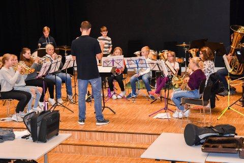 Med i teaterforestilling: Skjønhaug skolekorps med sin dirigent Bjørnar Hov