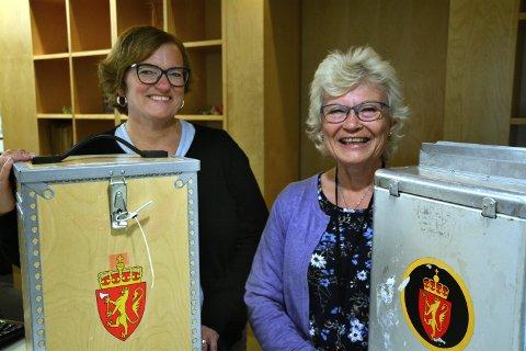 Grethe Iversen er avdelingsleder i Askim kommune og ansvarlig for å skanne alle stemmesedler som er levert inn. Tone Reime er valgansvarlig for den nye storkommunen.