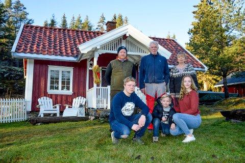 TRE GENERASJONER: Gamlestua betyr noe helt spesielt for storfamilien på Nygård; Göran (63) og Aud (64) Augustsson, sønnen Glenn Augustsson (39) og barna Andreas (16), Emil (7) og Susanne (17). Mamma Linda (39) var på jobb da vi kom på besøk.