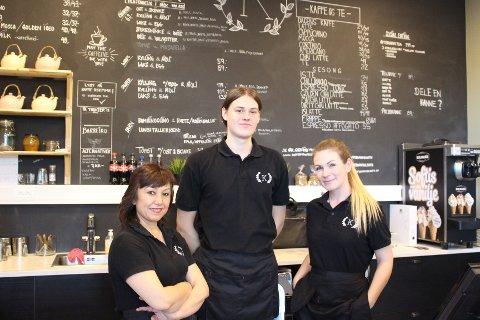Her er Anna Torey Lillebye (t.v.)  med to av sine ansatte.