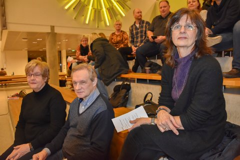 Har rekruttert mange frivillige: Marit Femmen, Kåre Sundbrei og Helga Næs (t.h) opplyser at de har rekruttert mange nye frivillige telefonvakter. Likevel legges Kirkens SOS-kontor ned i Askim.