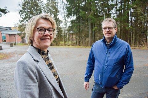 Gleder seg til nybygg: Rektor Vigdis Gjerberg og Daniel Lien, fagleder teknikk og industriell produksjon på skolen, forteller at nybygget kommer i det skrånende terrenget bak dem, på den sørlige delen av skolens areal.