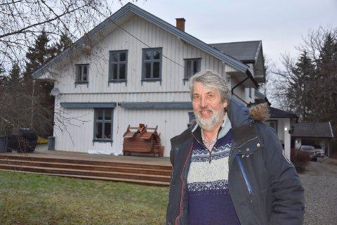 Sjarm: – Vi selger med vemod. Huset har både sjarm og nærhet til naturen. I tillegg ligger eiendommen i et historisk viktig område ved Langnes, sier Nils Schaug i Langnesveien.