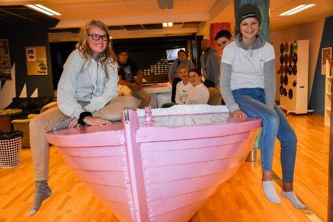 Endelig, Ungdommens kulturhus på Mysen har åpnet igjen. Fra venstre: Karoline Åshagen Tangen (16) og Mathilde Frøhoel (14). I båten sitter Arthur Kristof (13), Ali Brulic (15), Stina Skaug (14), Michaela Kleven (14), William Madsen (14) pluss leder på kulturhuset Øyvind Larsen.