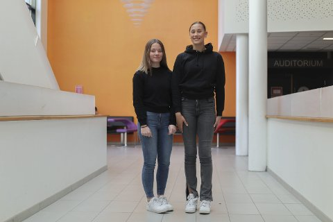 HØY: Amanda Jorud (16) er høyere enn de fleste på hennes alder. Sammen med henne står Aurora Revhaug (16).