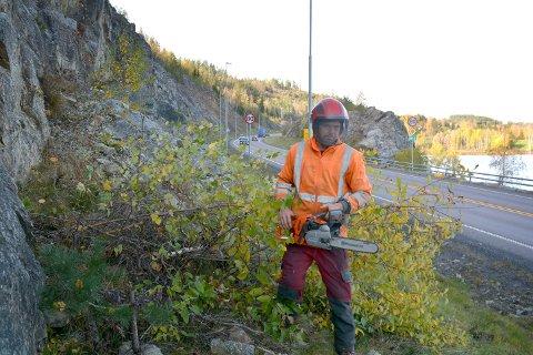 Gunnar Haugenes er en av flere som jobber med å fjerne vegetasjon inntil E18.