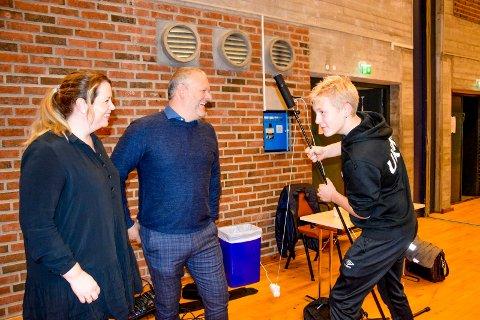 Gruppelederne Elin Lysaker (Sp) og Morten Bakker (Ap) var fornøyd med innsatsen til Sebastian Hattestad Nesset (15), som sammen med Anton Siljeholt Buer (14) sørget for å streame kommunestyrets møte slik at det kunne følges på kommunens nettsider.