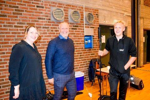 Sebastian Hattestad Nesset fortalte kommunepolitikerne Elin Lysaker (Sp) og Morten Bakker (Ap) at rundt 100 personer i snitt fulgte sendingen fra kommunestyremøtet.