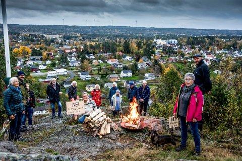 Det var god oppslutning om vardetenningen mot vindkraft på Nordre fort nylig. Kristin Brath Halvorsrud (i midten) har tatt over som leder for Motvindkraft Marker.