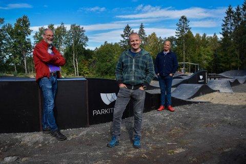 STÅR PÅ: Per Finset (66) Magnus Vedum Bøe (42) og Pål Rypdal (57) bruker mange fritimer på å lage det hyggelig på Knapstad. – Vi ønsker å lage et anlegg som kan brukes av alle, sier  de.