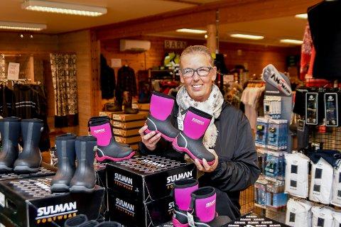 MYE Å TILBY: Merethe Olsen Strøm håper mange legger julehandelen innom Spydeberg Yrkes- & Fritidsklær. I butikken har de klær både til små og store.