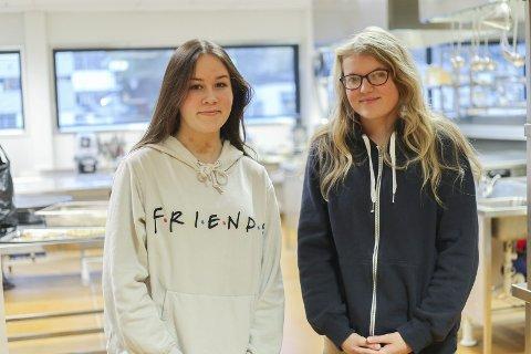 EKKELT: Viktoria Fors (16) og Karoline Tangen (16) fra Mysen går på restaurant og matfag. De synes det er ekkelt at det er skjeggkre på Mysen videregående skole.
