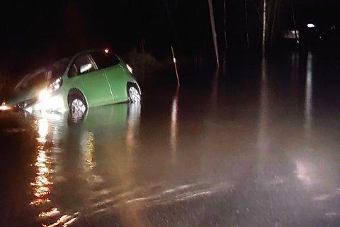 En kvinnelig sjåfør dro i morges av veien etter å ha mistet kontrollen på grunn av vann.