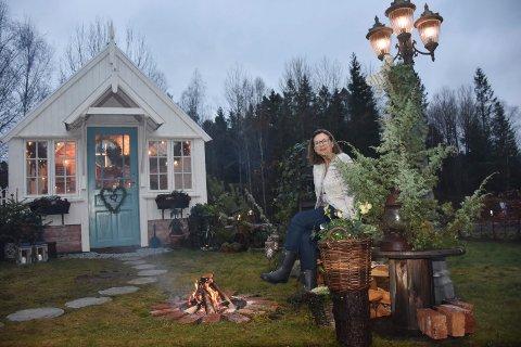 Flytter: Det er ut i dette huset i hagen Cathrine Rød Gundersen og ektemannen Jan Edi flytter til hver helg..