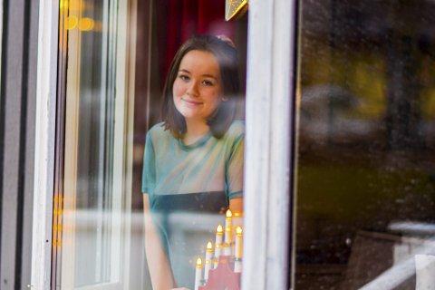 HÅPLØST: Eva Victoria Wolf Jørgensen (17) fra Spydeberg mener det er helt absurd at skolene fortsatt holder åpne.