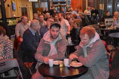 Frokostmøte: Rundt 60 personer var på frokostmøte i Askim kulturhus med byggnæringen i Indre Østfold. Her er det Joakim (t.v) og Mats Hallangen fra Bygg og Eiendom as. – Vi har fått svar på en del spørsmål vi har lurt på, sier de.