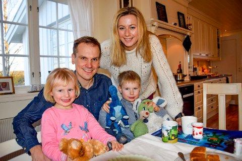 HJEMMEKOSELIG: Theodor (39), Linn Irene (34), Anders (5) og Amalie (3) Bye storkoser seg hjemme på Søndre Vikeby.